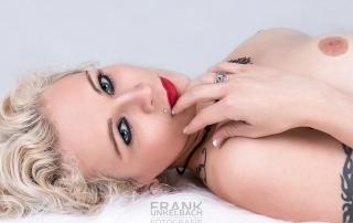 Aktportrait ein jungen blonden Frau mit blauen Augen und roten Lippen. (Akt)