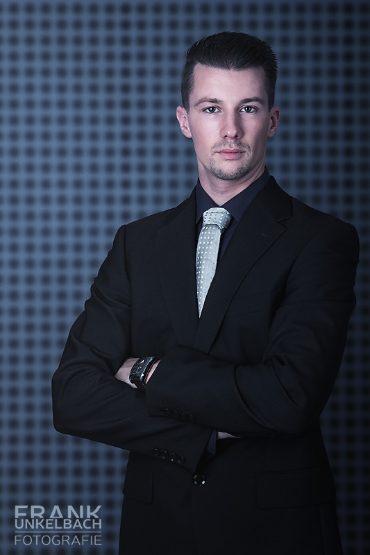 Dressman in dunklem Anzug und Krawatte (Fashion)