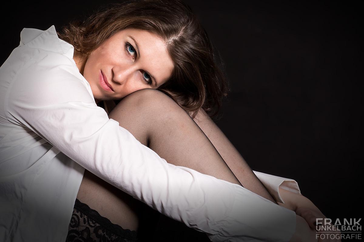 Sinnliches Portrait einer Frau mit dem Kopf auf den Knien (People)