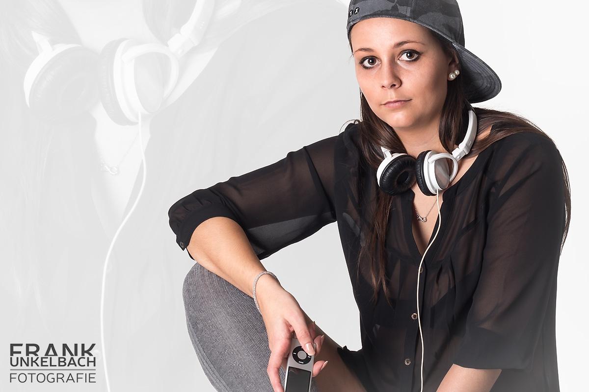 Junges Mädchen mit Kopfhörern und Basecap hört Musik (People)