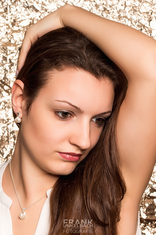 Sinnlich-elegantes Portrait einer Frau vor goldenem Hintergrund (Portrait)