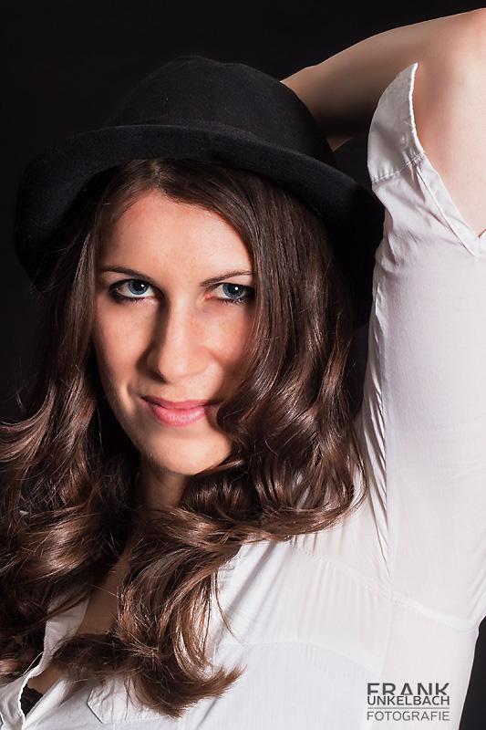 Charmantes Portrait einer Frau mit tollen Haaren und Hut (Portrait)