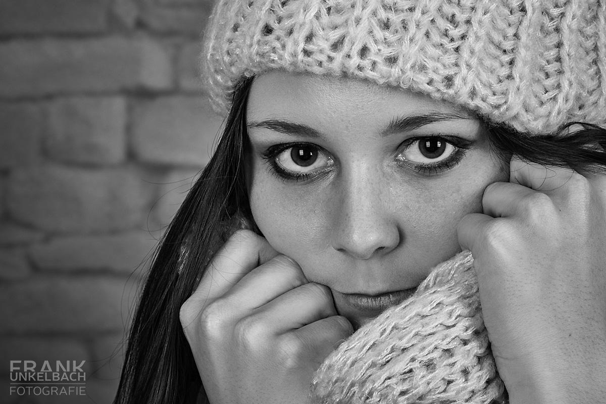 Portrait einer Frau in Mütze und Schal mit meinem intensiven Blick (Portrait)