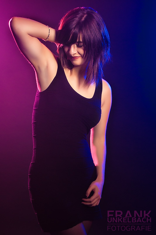 Frau in schwarzem Kleid mit buntem Licht (Fashion)