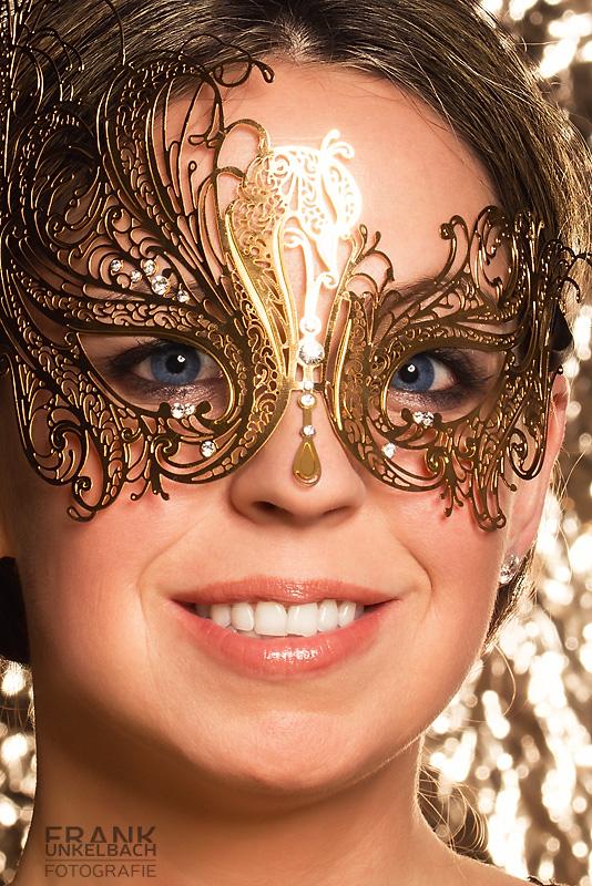Frau mit goldener Maske (Portrait)