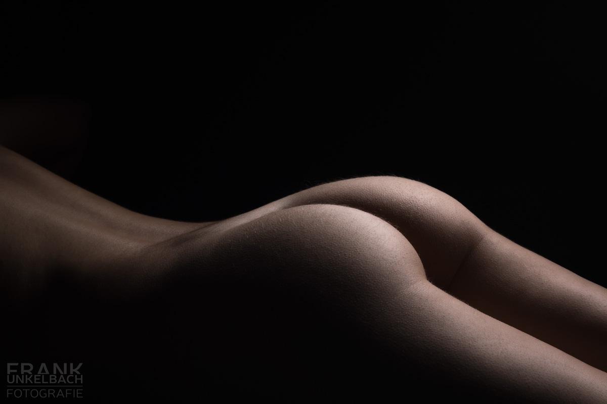 Bodypart Aufnahme von Rücken, Po und Beinen einer nackten Frau (Akt)