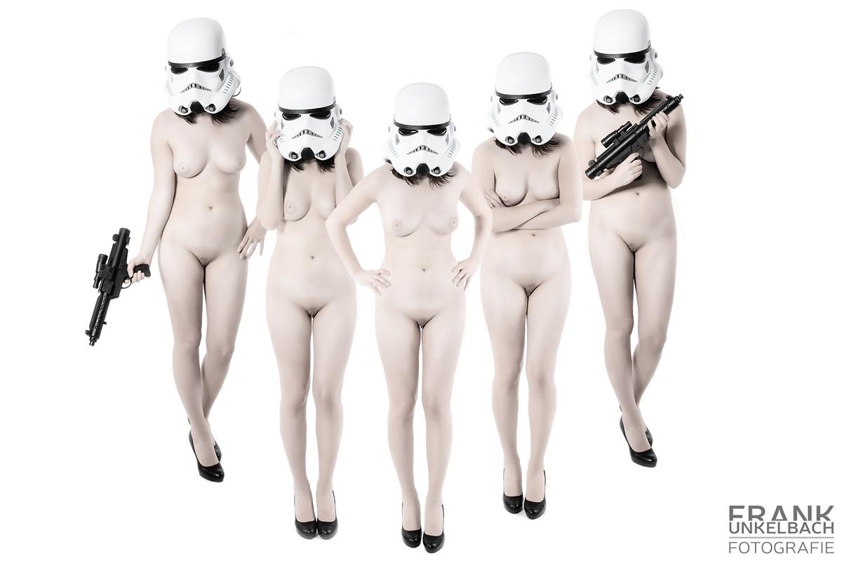 Nackte Frau mit Hight Heels und einem Stromtrooper - Helm (Akt)