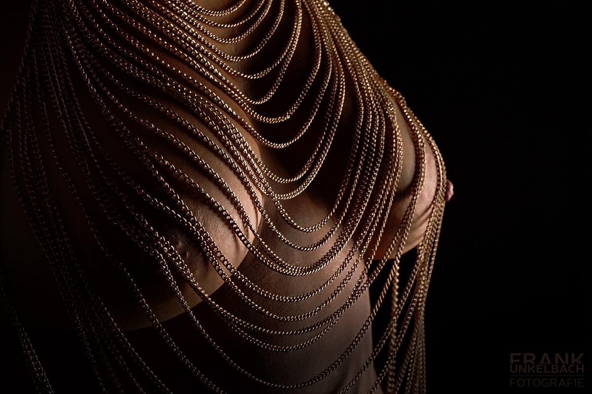 Bodypart Aufnahme von Brüsten mit goldenen Ketten. (Akt)