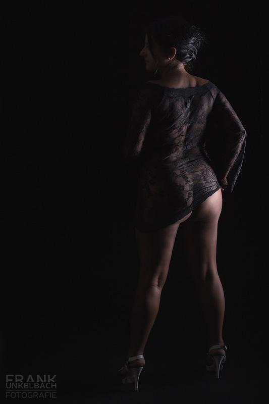 Frau in schwarzem transparenten Netzkleid und sexy Po (Akt)