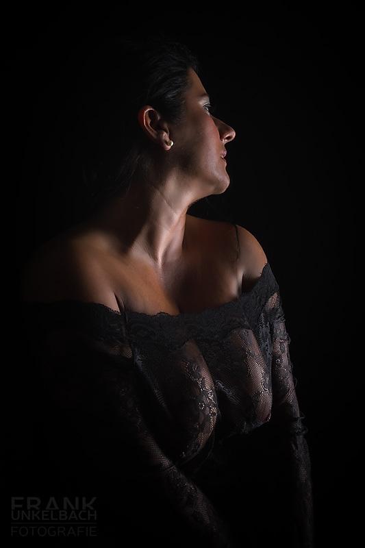 Portrait einer Frau mit sexy Dekolleté und transparentem schwarzen Netzkleid (Dessous)