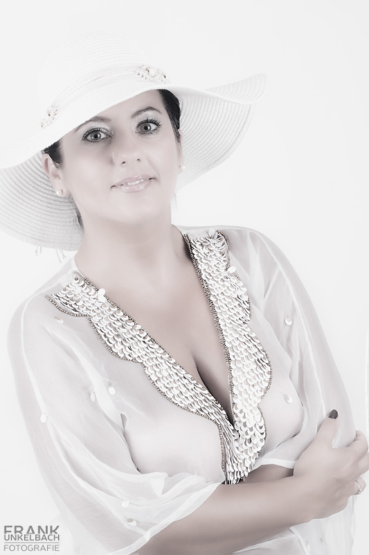 High Key Portrait einer Frau mit weißem Hut und weißer Bluse. (Portrait)