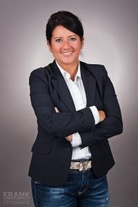 Business-Portrait einer Frau mit Jacket und Jeans (Business)