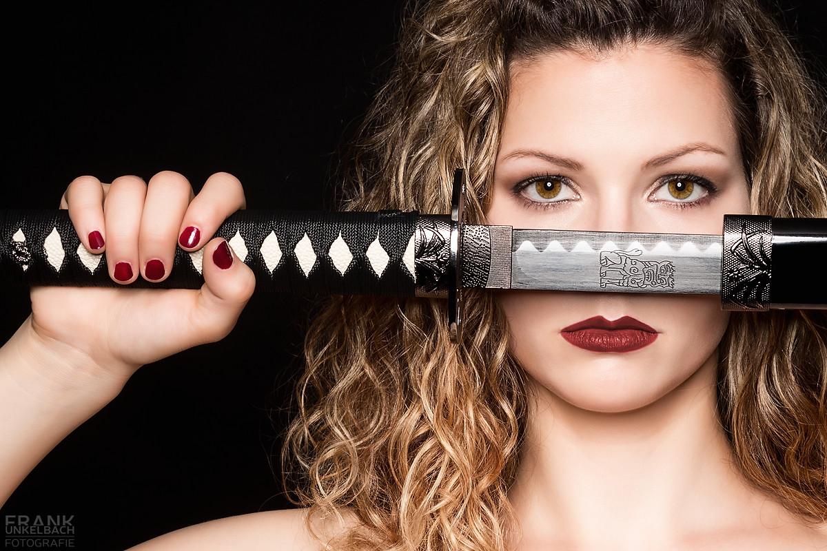 Intensives Portrait einer Frau mit einem Schwert (Portrait)
