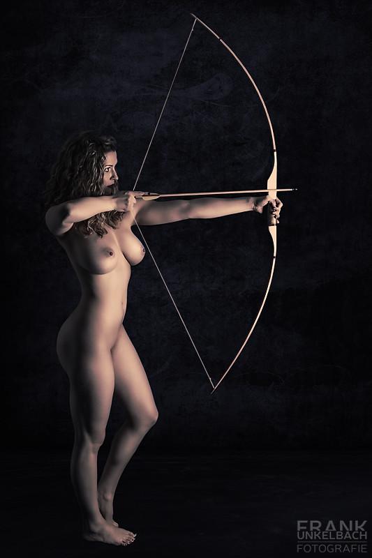 Sexy Schützin schießt nackt Pfeil und Bogen (Akt)
