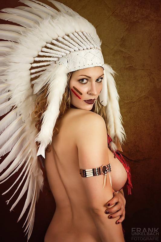 Indianerin mit Federhaube blickt über Ihre Schulter (Portrait)