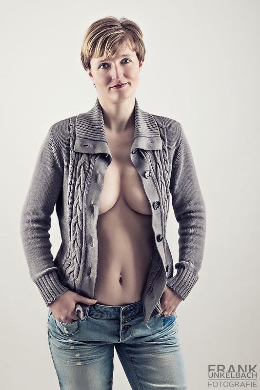 Sexy Frau mit offener Strickjacke und Jeans (People)