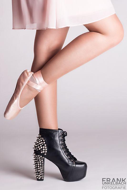 Ballerina mit Ballettschuh und schwarzem Stiefel (Fashion)
