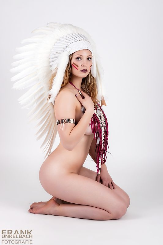 Indianerin nur mit Federhaube und Brustpanzer bekleidet (Akt)