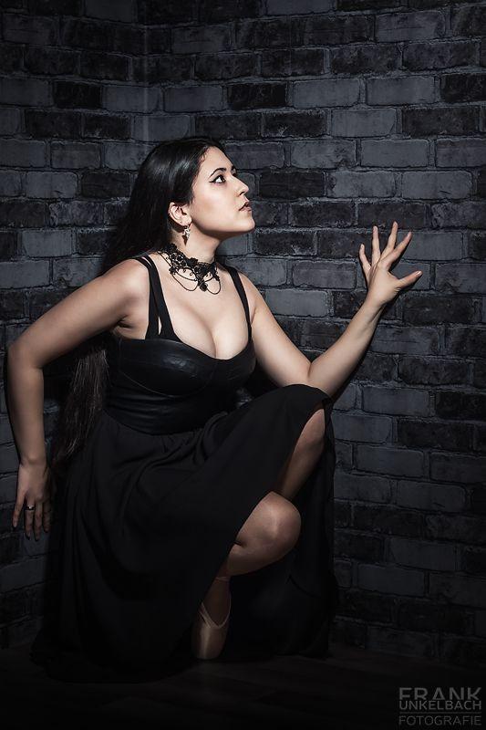 Ballerina im Gothic-Look sitzt in einer Ecke (People)
