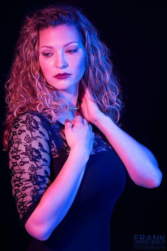 Portrait einer Frau im Netzkleid mit farbigem Licht (Portrait)
