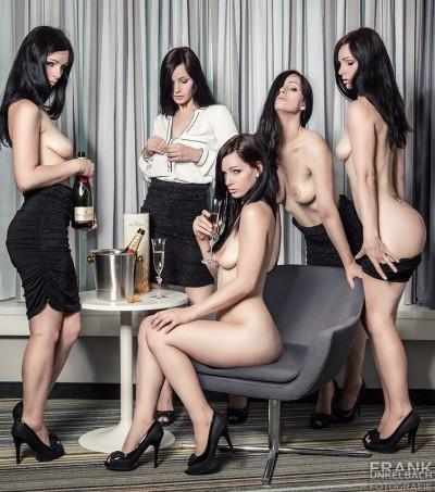 Elegante Frau mit Champagner zeigt einen Striptease (Akt)