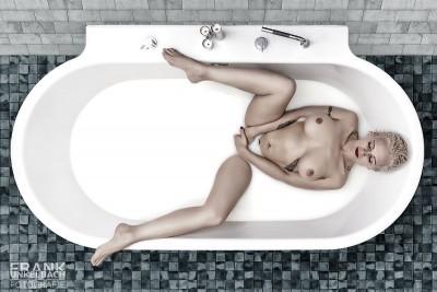 Frau liegt in Badewanne und verwöhnt sich selbst (Akt)
