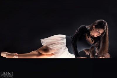 Ballerina mit langen Haaren liegt mit Tutu auf einem Lichttisch (People)