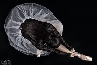Ballerina sitzt mit Tutu auf dem Boden (People)