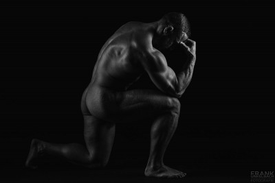 Akt eines muskulösen Mannes in Denkerpose