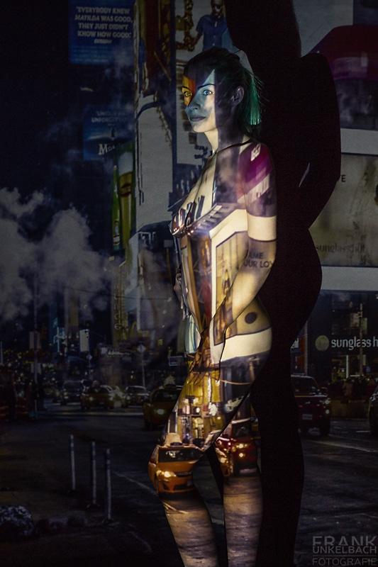 Mit Hilfe eines Projektors wird eine nackte Frau in ein Stadtbild integriert