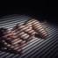Eine junge blonde Frau mit Locken und großen Augen liegt nackt auf dem Boden. Steifen aus Licht modellieren ihren kurvigen Körper.